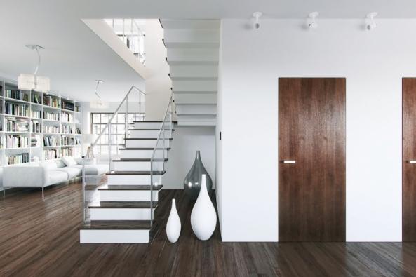 Bezfalcové dveře SKINNYdoors ohraničuje pouze tenká spára, takže elegantně splynou se stěnou. Maximální rozměry jsou 101x300cm, lze je osadit dozdiva, dřeva, betonu atd. Povrch může tvořit dýha, malba, tapeta či jiný materiál (www.skinnydoors.cz)