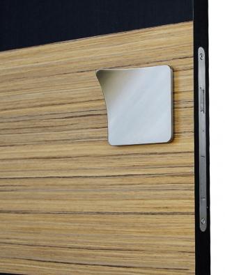Knejmodernějším technickým vymoženostem patří elektromechanické otevírání. Při doteku ruky se odblokuje magnetický zámek a jemným tahem dveře otevřete (Sapsmart)