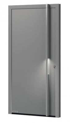 """""""Vychytávkou"""" vchodových dveří Hörmann THS je masivní ocelové madlo sintegrovaným osvětlením, které vám usnadní orientaci  aodemykání při nočních návratech domů."""