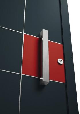 Nápaditým praktickým iestetickým prvkem vchodových dveří Hörmann  jsou integrované kovové lišty usnadňující montáž zámku amadla (HÖRMANN)