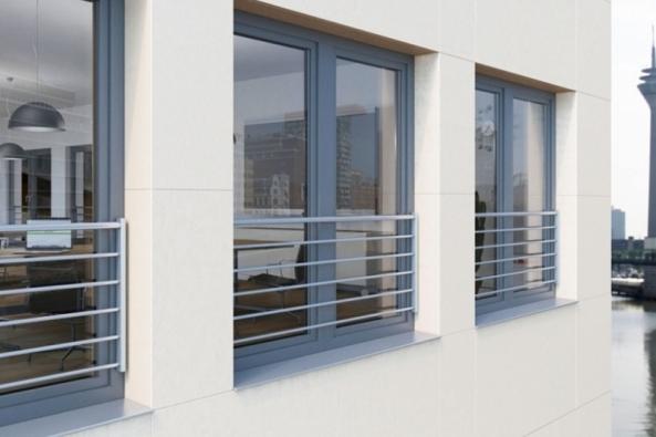 Německá společnost Schüco představuje nový systém ochranného zábradlí proti vypadnutí, který je kompatibilní s celým sortimentem okenních profilů z PVC této značky.