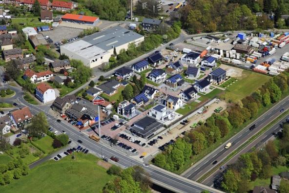 Německo – Fertighauswelt Největší síť center vzorových domů vzápadní Evropě, 18 poboček, najdete poblíž téměř všech velkých německých měst. Běžně se vnich nacházejí desítky staveb. Největší areál veměstě Koblenz vPorýní nabízí kprohlídce dokonce 158 domů! www.fertighauswelt.de