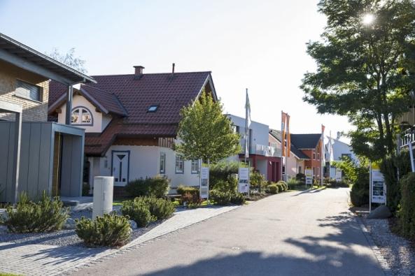 Mnichov Poing uMnichova je nejnavštěvovanějším areálem svého druhu vNěmecku. Velký důraz je kladen naefektivní využití energií. Uvidíte tu pasivní domy, nejmodernější systémy vytápění, ohřevu vody ivýroby elektřiny. www.bauzentrum-poing.de