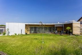 Dům je postaven jako jednovrstvá zděná konstrukce bez dodatečného zateplení zbroušených cihelných bloků Heluz Family 2in1, které mají tepelnou izolaci uvnitř.