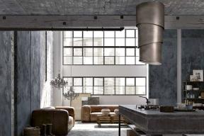 Do betonové industriální kuchyně dobře zapadá inteligentní digestoř Pareo (Faber) vetvaru roury spatinovaným bronzovým povrchem.
