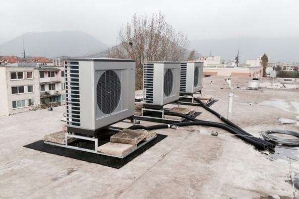 Kaskádovité propojení tří tepelných čerpadel systému vzduch-voda NIBE F2300 (střecha panelového domu v Turně nad Bodvou)