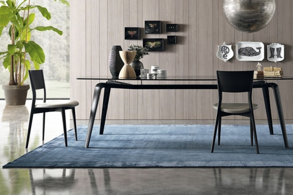 Jídelní stůl Gramercy (zn. MisuraEmme) vyniká ušlechtilými tvary. Zajímavý detail  osazení desky odlehčuje vzhled a staví na odiv dokonalé zpracování dřevěné podnože.