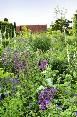 """Bujné výsadby v jemných barevných kombinacích v jedné části zahrady připomínají klasickou anglickou """"cottage garden""""."""