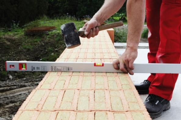Při stavbě domu je vždy oříškem, podle jakých priorit vybrat stavební materiály a vejít se přitom do rozpočtu. Na stavbě obvodových stěn není vhodné šetřit, protože by měly splňovat přísné požadavky technických norem na tepelnou ochranu budov z hlediska tepelných ztrát, a tím i budoucích nákladů na energie. Pokud chce majitel nemovitosti v budoucnosti ušetřit na vytápění, či chlazení v létě, je vhodné investovat do zateplovacího systému z kamenné vlny. (ROCKWOOL)