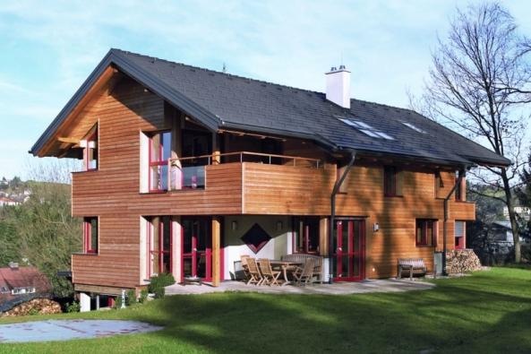 Trendem současné architektury jsou tmavé odstíny střešních tašek, čisté linie aatraktivní povrch