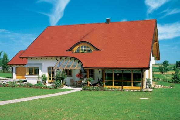 Keramická pálená taška Opál v režné barvě je hojně využívána při rekonstrukci památkově chráněných objektů. Lze ji však použít i na moderní střechu.