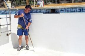 Před obložením betonového či zděného bazénu  je třeba jeho vnitřní povrch vystěrkovat speciální hmotou, aby vznikla kompaktní hladká rovná plocha.