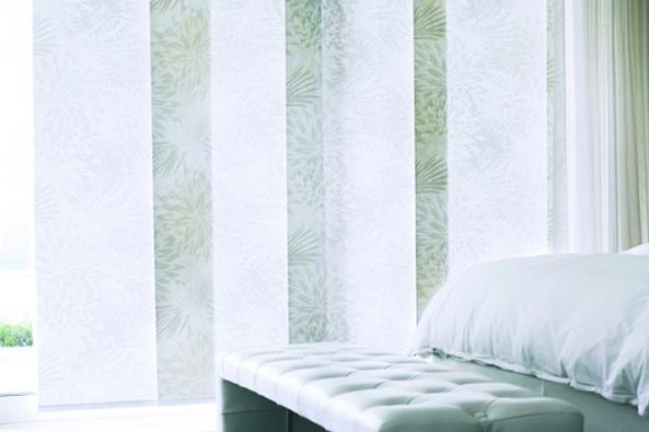 Jako funkční stínicí prvek začaly být panelové závěsy nejprve hojně využívány ve veřejných a komerčních interiérech, odkud se ale velmi brzy rozšířily do obytných prostorů. S tím souvisela i změna vnímání japonských stěn, které prokázaly svůj velký potenciál jako interiérové doplňky. (Bematech.cz)