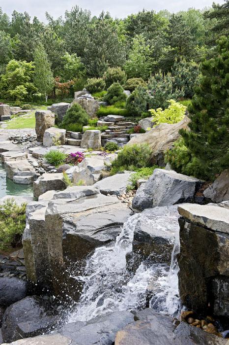 Můj Dům Kámen Voda A Okrasné Trávy V Zahradě
