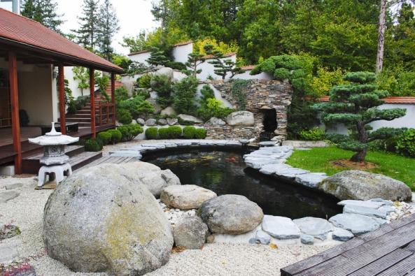 Asijské inspirace jsou pro zahradní architekturu velice lákavé. Kzahradě se přistupuje jako k  obrazové kompozici, kameny jsou chápány jako sochařská díla přírody, voda, která propojuje zahradní zákoutí, je nositelkou blahodárného pohybu azvuku.
