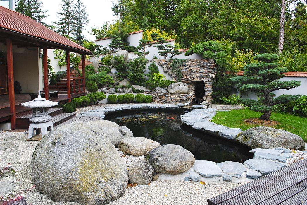 Kámen, voda a okrasné trávy v zahradě