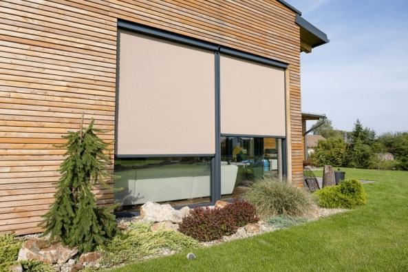 Venkovní screenové clony jsou vhodné pro všechny typy obytných, občanských aadministrativních budov, ale ikzastínění zimních zahrad, teras, altánů, zahradních domů apod. (MINIROL)