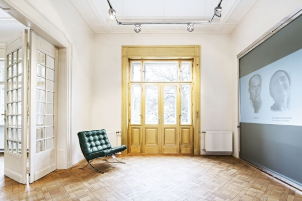 Okno ložnice manželů Löw- -Beerových mělo rám zdobený zlatými plátky. Dnes můžete obdivovat aspoň jeho repliku.