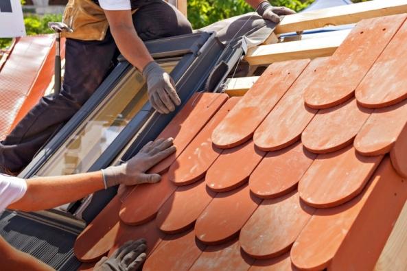 """Ať už to stavbě předepíše projekt nebo si sami vyberete, jak ačím """"obrnit"""" střechu svého domu, přednosti krytiny, barvu atvar dílčích prvků icelku aspoustu dalších parametrů umocní jedině kvalitní řemeslná práce."""