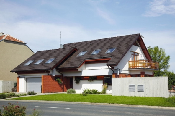 Platí-li, že střecha – ta šikmá určitě – je korunou stavení, pak by měla chránit i zdobit. Třeba  i s přispěním moderní keramické drážkové tašky Stodo 12 (TONDACH)