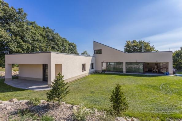 Hmota domu je rozložena horizontálně  svýběžkem šikmé střechy galerie. Svou výškou nepřesahuje okolní stromy, aby nebyl nijak narušen zdejší krajinný ráz.