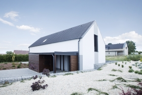 Na designové trendy reaguje i společnost KM Beta svojí betonovou taškou KMB ROTA, která je ideální volbou pro designově vytříbenou střechu. Krytina vyznačující se hladkým a rovným povrchem, který upoutá na první pohled, představuje zatím poslední novinku v sortimentu společnosti.