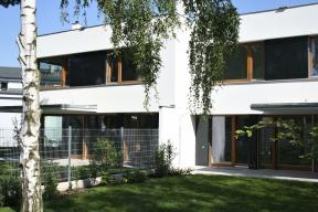 """Ploché, zejména rovné střechy zdánlivě """"nejsou vidět"""", jsou však primárním znakem funkcionalistické isoudobé moderní architektury (HELUZ)"""