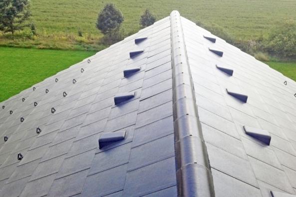 Krytina KMB ROTA je určená pro pokrytí šikmých střech se sklonem od 15 do 90°. Díky přítomnosti snížené vodní drážky dokáže při nepřízni počasí eliminovat zafukování sněhu a deště v příčném směru.