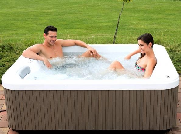 Model akrylátové vany Miami nabízí maximum pro ideální koupel ve dvou. (Foto: Mountfield)