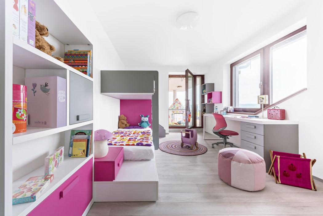 Základní korpusy nábytku vbílé barvě příjemně doplňuje šedá arůžová, kterou má Rozárka moc ráda.