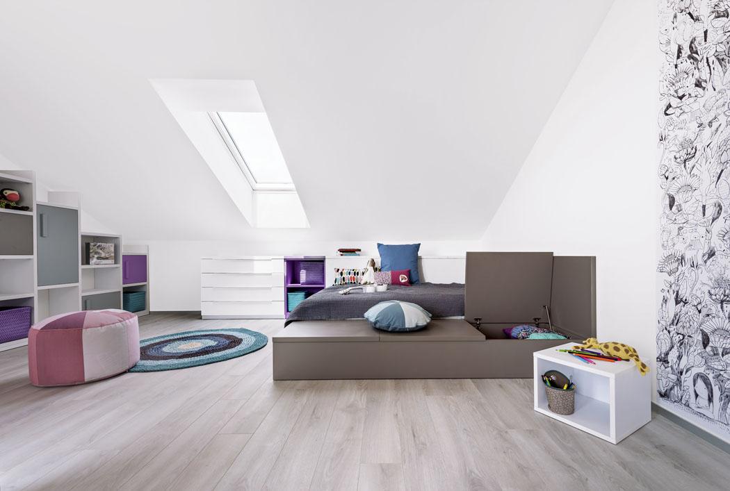 Velká postel zlamina slůžkem 140 x 200cm ahydraulickým roštem pro snadné vyklápění. Boční úložný prostor je také výklopný. Postel se nabízí vrůzných rozměrech abarevných variantách.