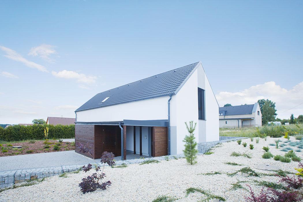 Rodinný dům ze stavebního systému Sendwix se střešní krytinou KM Beta. Oba produkty se vzájemně dobře doplňují, oba totiž pocházejí zlinek stejného výrobce (Foto: Markéta Černá)