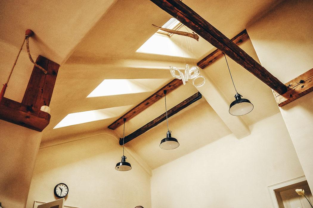 Z důvodu změny užívání jednotlivých podlaží došlo ke změně požadavků na akustiku, požární bezpečnost a statiku. Původní dřevěné trámové stropy byly nahrazeny železobetonovými.