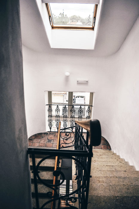 V secesním domě se zachovalo unikátní kamenné schodiště s nádherným umělecky zdobeným zábradlím a původní dlažba svýraznými ornamenty.
