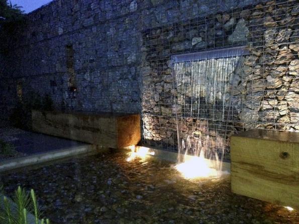 V individuálním světelném plánu se k zahradě přistupuje jako k obrazové kompozici, kameny jsou chápány jako sochařská díla a voda je nositelkou pohybu a zvuku. Světlo ve spojení s vodou a kameny dokáže doslova zázraky.