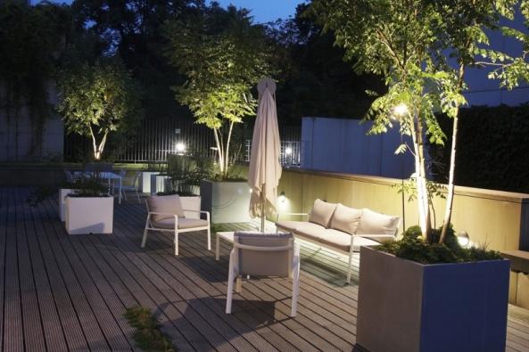 Osvětlení nazahradě, terase, balkonu či naschodech je předpokladem dobře zajištěného prostoru. Nemá ovšem pouze roli orientační abezpečnostní, ale mělo by zdobit zahradu ivdobě, kdy se vegetaci nechce příliš růst.