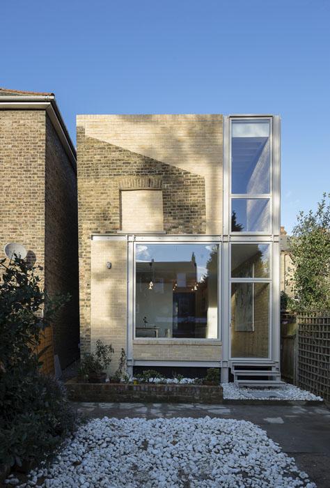 Dům je součástí historického souboru dělnické kolonie, která vznikla vprůmyslové části jižního Londýna napřelomu 18. a19. století. Přestavba namoderní bydlení pro rodinu sdítětem získala řadu ocenění zato, že citlivě spojuje původní hodnoty industriální architektury smoderními prvky.