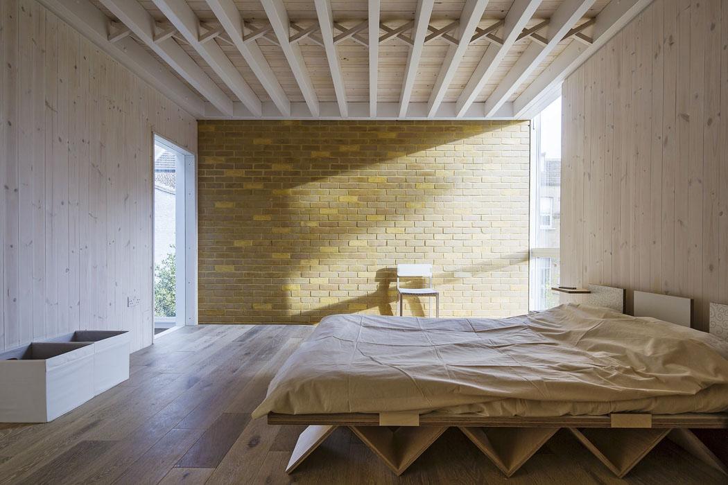 Nově přistavěná část má dřevěný trámový strop, sendvičové obvodové stěny jsou obloženy běleným dřevem arežnými cihlami. Vybavení hlavní ložnice bylo vyrobeno namíru zpřekližky.