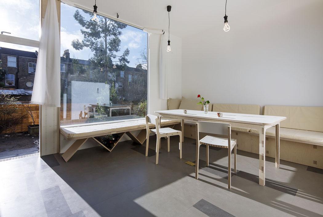 Dozahrady se vychází přes novou jídelnu, která je rovněž vybavena nábytkem vyrobeným namíru.