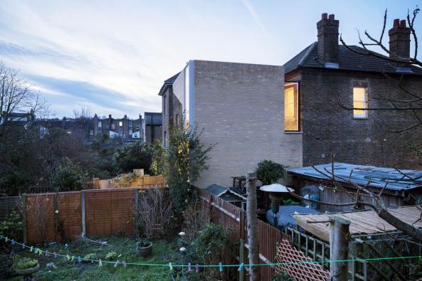 Boční pohled naznačuje napojení přístavby napůvodní část domu aosvětlení střední části dispozice prostřednictvím nového proskleného světlíku.