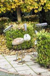 K dokonalé zahradě patří dekorace. Spoustu si jich šikovný Oldřich vyrobil sám a rozptýlil je na zemi i ve vzduchu. (4)