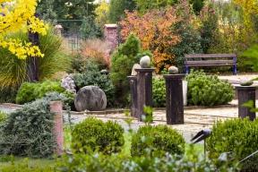 Oldřichova zahrada vznikla zkusu pole. Ponecelých patnácti letech nabízí tolik inspirativních aodpočinkových zátiší sneotřelými výhledy anápady, že vní hosté rychle ztrácejí pojem očase.