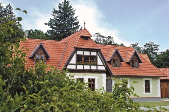 Skladba střechy musí být vždy navržena s ohledem na požadovaný stav vnitřního prostředí. Požadavky na tepelnou ochranu jsou dané normami, které také řeší energetickou náročnost celé budovy. Při navrhování je potřebné pamatovat rovněž na mechanickou odolnost a stabilitu střešní konstrukce, ochranu vnitřního prostředí proti hluku přicházejícícho zvenku, ale i na požární bezpečnost. (ROCKWOOL)