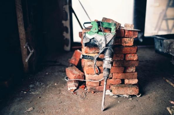 Trendem dneška jsou moderní vzdušné interiéry. Způvodních povětšinou nevelkých ajasně určených místností, typických právě pro starší domy, se stávají otevřené multifunkční prostory. Praktickou realizaci dispozičních změn umožňují ausnadňují ucelené stavební systémy, moderní zdicí materiály irelativně snadná montáž technologií arozvodů. Každou takovou změnu ovšem provázejí bourací práce.