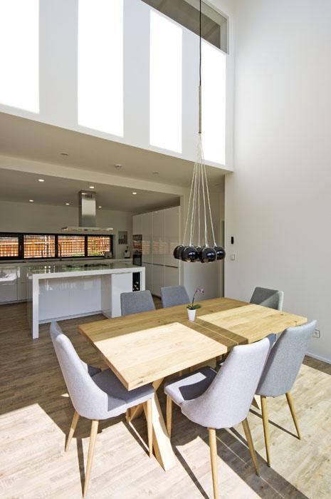 Kuchyň sjídelnou je duší domu. Otevření dokrovu vnáší dovnitř západními astřešními okny záplavu denního světla.