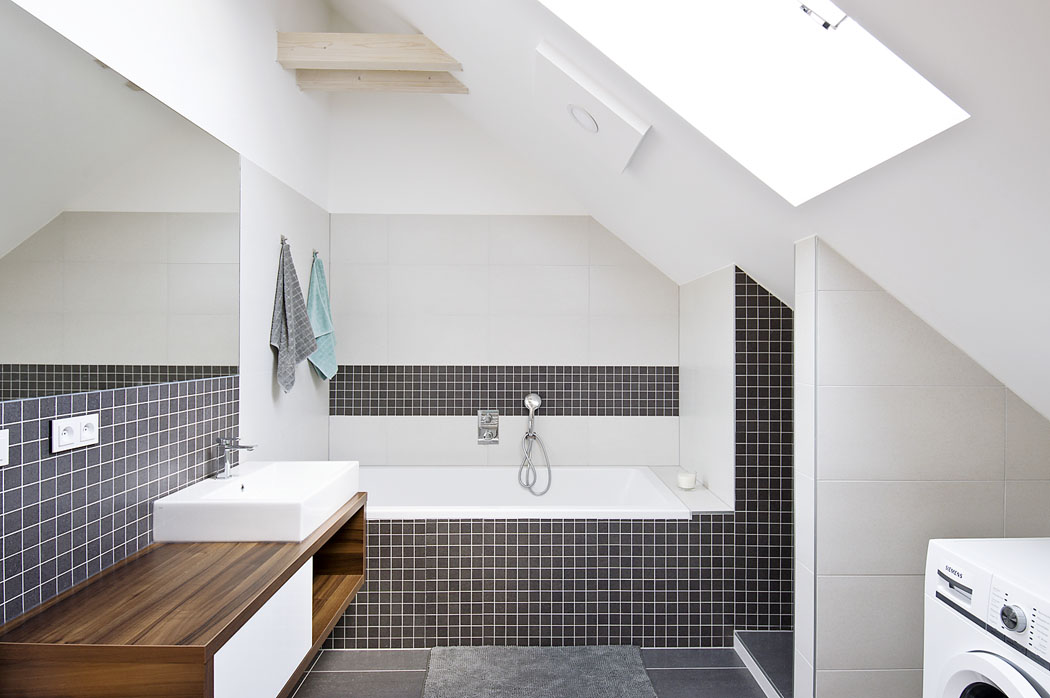 Jedna zpodkrovních koupelen snápaditě kombinovanou mozaikou slouží dětem, další je součástí hlavní ložnice majitelů.