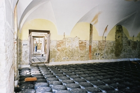 Tvarovky IGLÚ zjednodušují výstavbu meziprostoru mezi zemí a podlahou. Vytvoření celoplošné dutiny je základním prvkem metody hydroizolace a protiradonové izolace domů pomocí provětrání (GABEX)