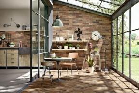 Industriální vzhled dodají interiéru obklady ze série Terramix, které dokonale imitují staré cihly, 7 x 28 cm, Marazzi, www. koupelny-ptacek.cz
