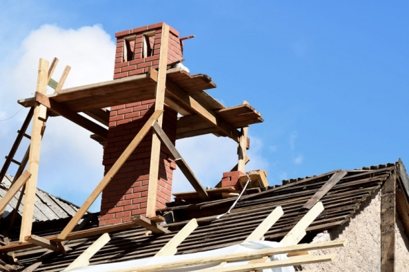 """Dostavba nebo rekonstrukce komína je aktuální otázkou. Zatímco výstavbu 90. let ovlivňovala důvěra vlevnou elektřinu či nástup alternativních zdrojů tepla amnohé domy se stavěly bez komínů, nové tisíciletí charakterizuje nezávislost sprozíravým návratem k""""ohni""""."""