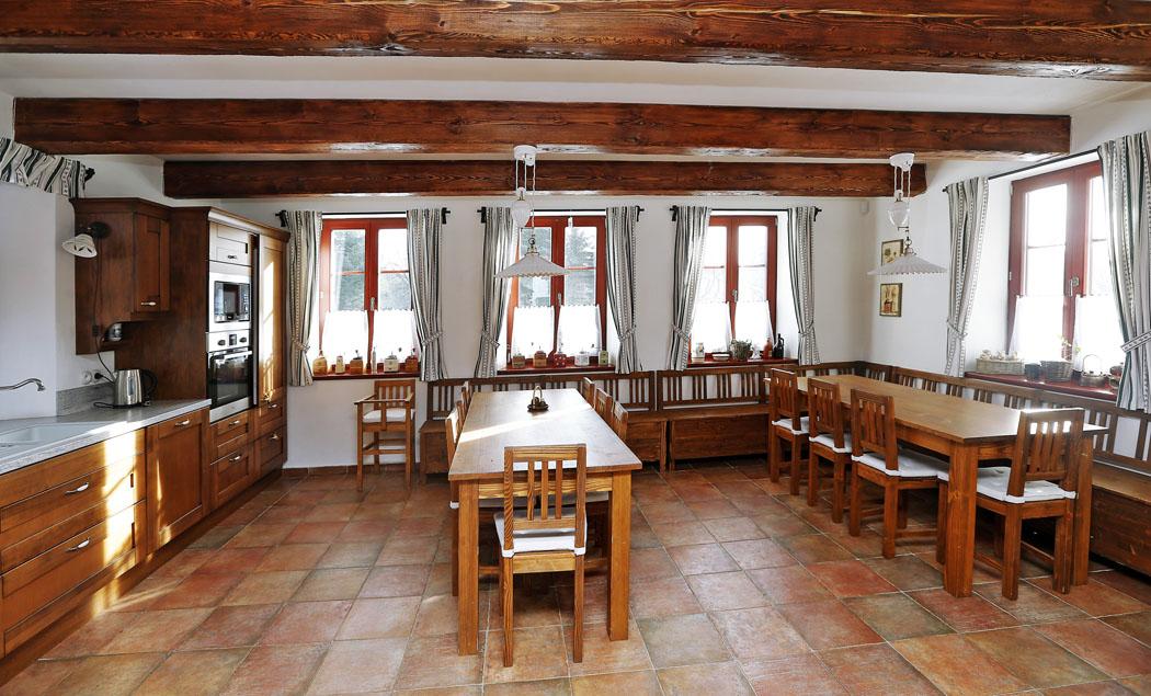 Chalupa je moderně vybavena, ale nepostrádá ani předměty připomínající život dávných obyvatel Vysočiny – například sbírku starých mlýnků na kávu.